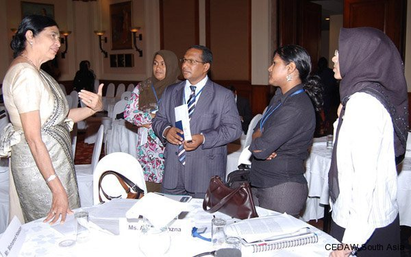 Delegatiom from Maldives in discussion with Savitri Goonesekere